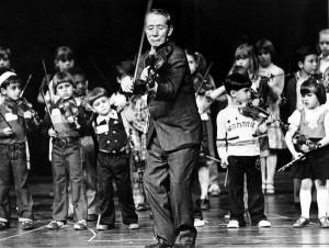 Shinichi Suzuki directing children in Maryland in 1980.Credit Douglas Chevalier/The Washington Post, via Getty Images