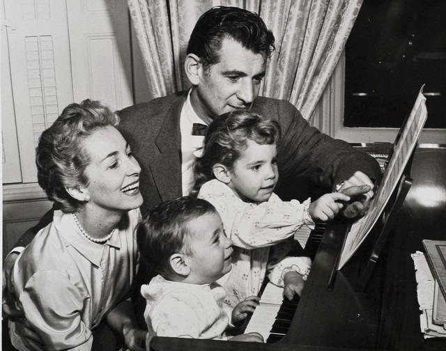 Leonard Bernstein and Felicia Montealegre <br></noscript><img class=