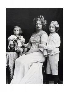 Gerda Sjöstrand and her children