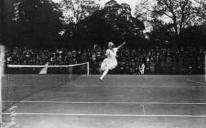 Suzanne_Lenglen_playing_1920-large_trans_NvBQzQNjv4BqWSm3Hskyb1S8n9mpYgoiG9SIBpQTcOKhfkVmbuLs2AM