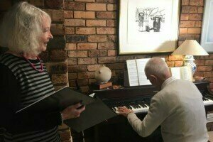 PHOTO: Bev and Don Aitken rehearse ahead of choir practice. (ABC News: Andrew Bell)