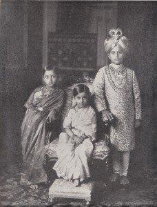 Jayachamarajendra Wadiyar with his sisters VijayalakshmiAmmani Avaru and SujayaKanthammani Avaru© Private collection of the Wadiyar family