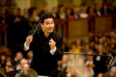 Andrés Orozco-Estrada conducting
