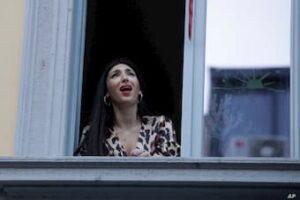 Italian singing from balcony